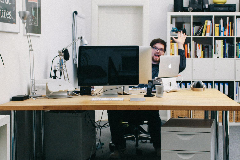 ich winke hinter dem Monitor hervor. Die Sicht, die ein Mieter des neuen Schreibtisches sehen würde. Jeden Tag. Rund um die Uhr.